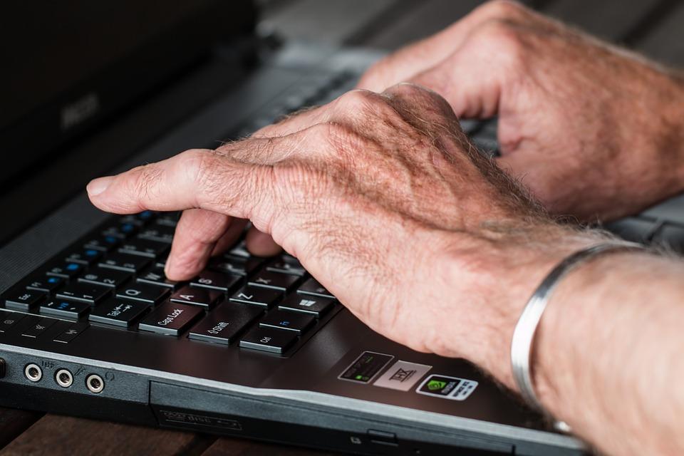 プログラミングする年配の人